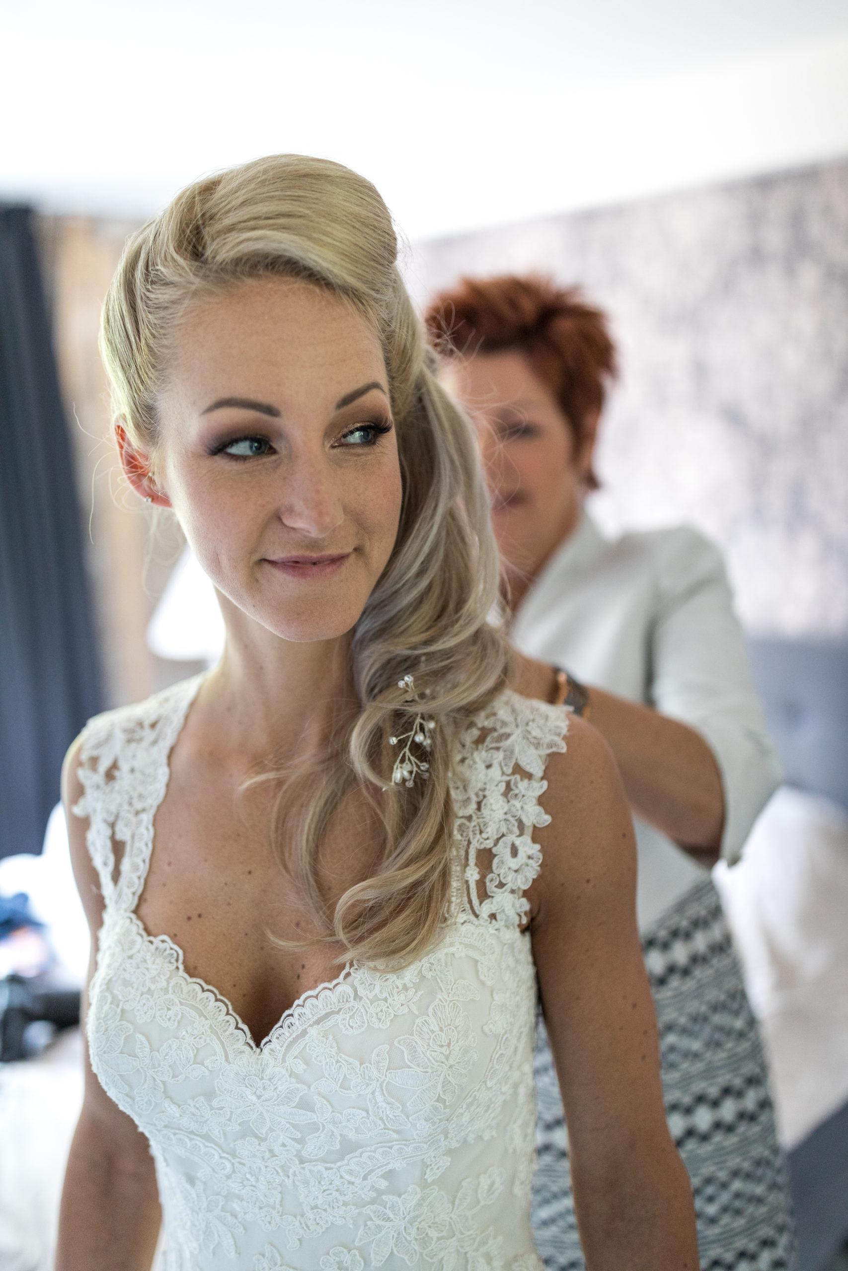 Bruid bruidskapsel moeder van de bruid