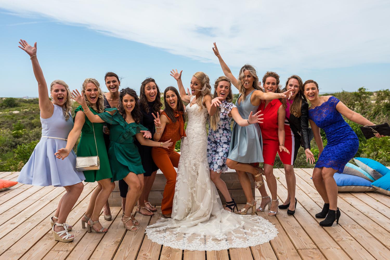 Bruidspaar sleep trouwjurk vriendinnen
