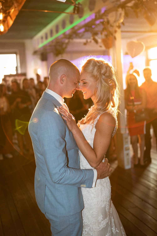 Bruidspaar eerste dans zonlicht