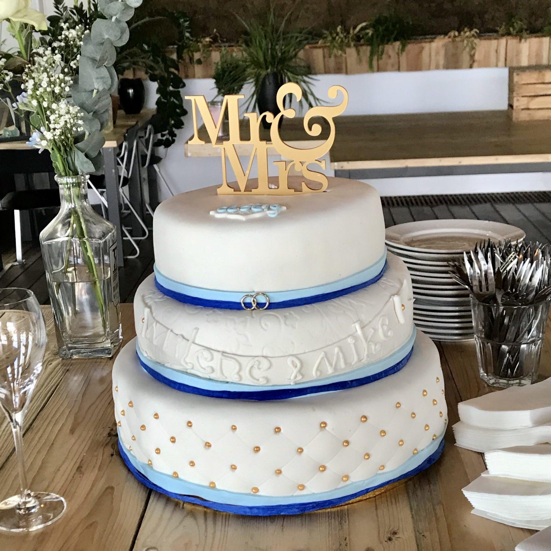 Bruidstaart blauw mr and mrs cake topper