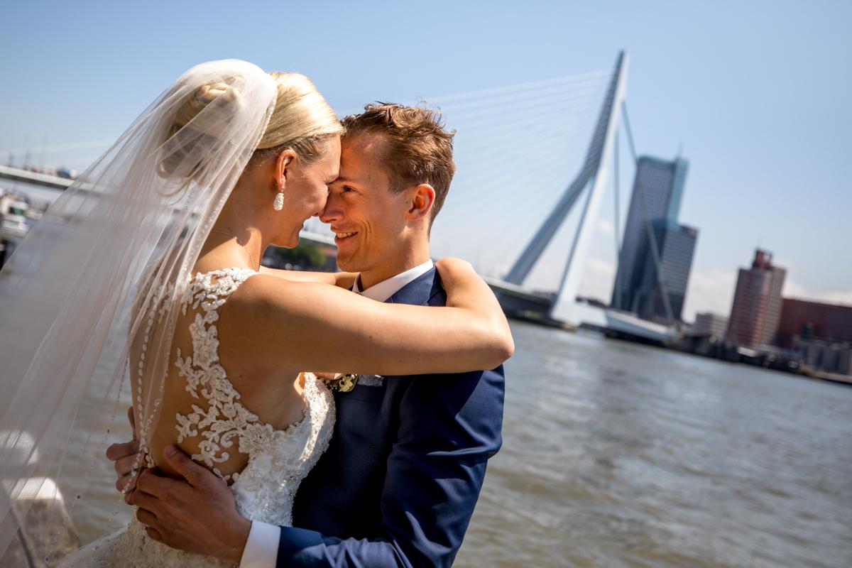 Trouwen fotoshoot Rotterdam Erasmusbrug bruidspaar