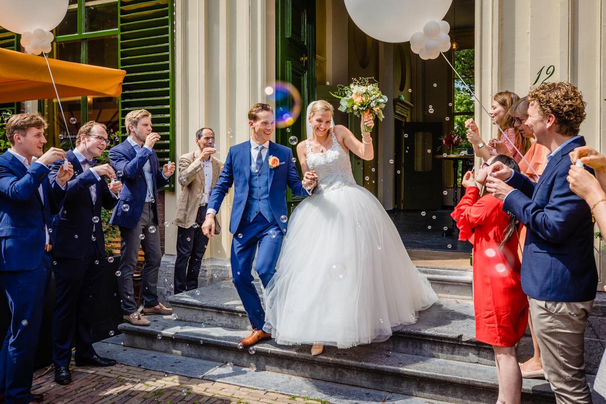 Trouwen bruidspaar bellenblaas ontvangst newlyweds