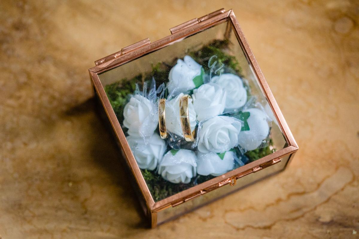 Ringendoosje rosegoud trouwringen graveren
