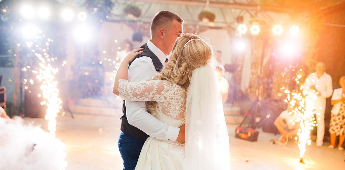 Trouwen vuurwerk bruidspaar newlyweds